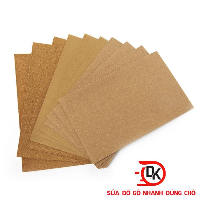 Sử dụng giấy nhám để trà gỗ