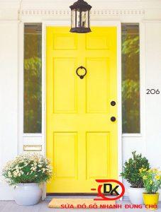 Dịch vụ sơn cửa gỗ tại nhà