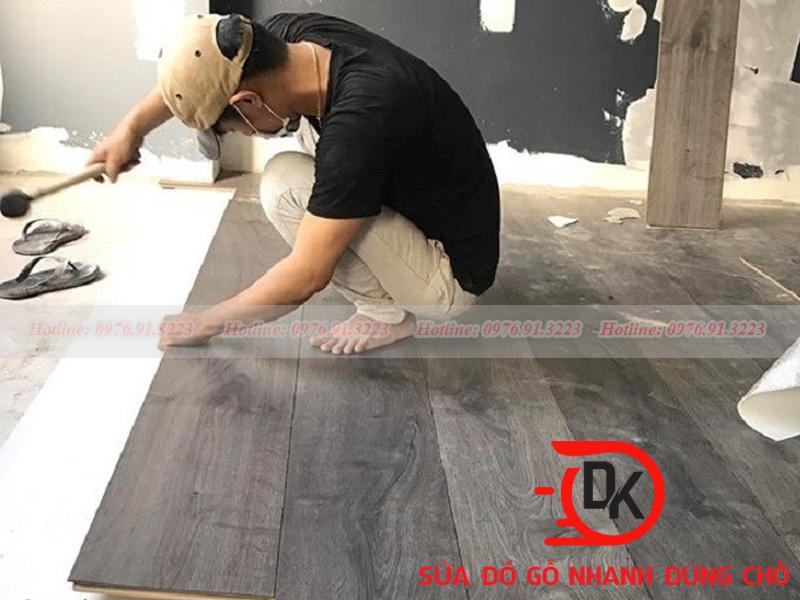Thợ mộc đang thi công sàn gỗ