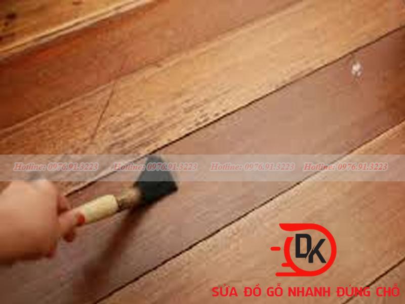 Làm mờ xết xước cho sàn gỗ tại nhà